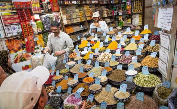 Touriste dans un magasin en Iran